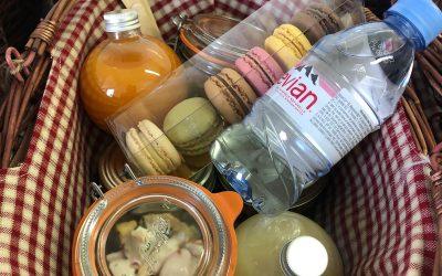 Panier repas avec bocaux et macarons